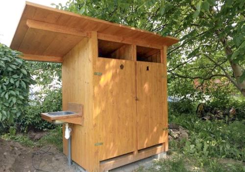 Kompostovací toalety pro výukovu zahradu